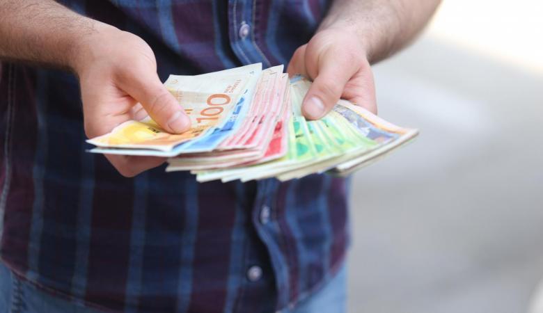 مسؤول فلسطيني يحذر من عودة انقطاع الرواتب