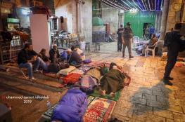 الآلاف يؤدون الفجر في الأقصى والمعتكفون يقضون ليلتهم على بواباته بعد طردهم منه