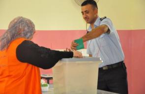 أفراد الاجهزة الامنية يبدأون بالاقتراع في الانتخابات المحلية بأريحا