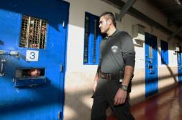 """الاحتلال ينقل أسرى قسم (6) في سجن """"ريمون"""" إلى """"نفحة"""""""