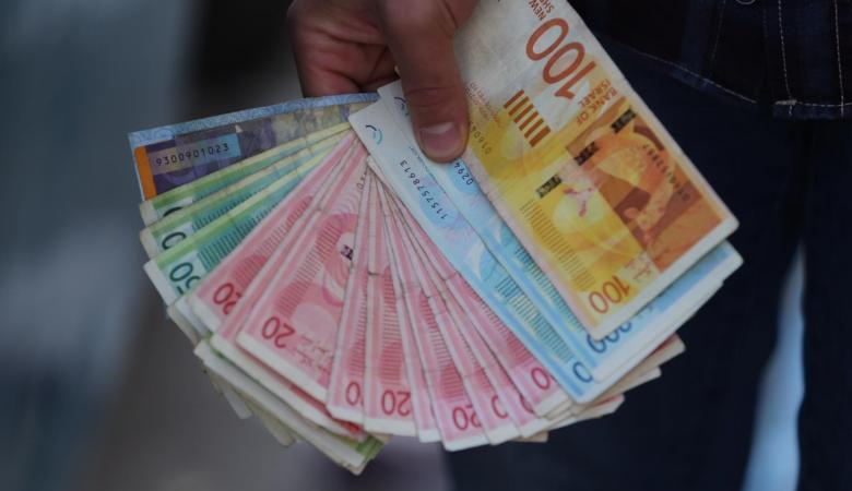 الحكومة تعلن وقف اي اقتطاعات من رواتب الموظفين