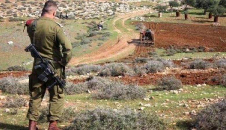 الاحتلال يخطر بإغلاق طريق زراعي في أم صفا