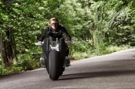 """بالفيديو : شركة """"بي إم دبليو"""" تكشف  النقاب عن دراجتها """"الذكية """""""