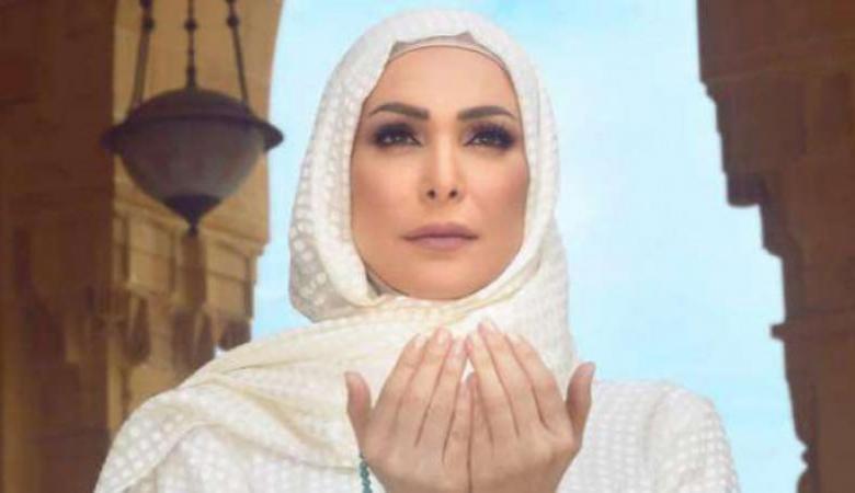 شاهد ..الفنانة امل حجازي تؤدي فريضة الحج