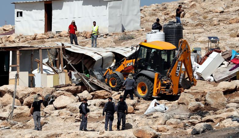 الاحتلال يخطر بوقف العمل في مسكنين وحظيرة أغنام في سوسيا بالخليل