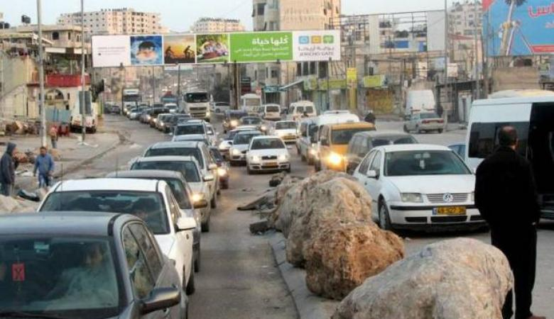 إغلاق طريق قلنديا القدس بسبب سقوط لوحة إعلانات