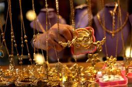 الذهب يلحق بالنفط ويرتفع