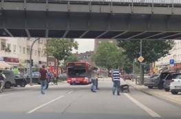 """شاهد : شبان عرب يستبسلون أمام منفذ هجوم """"هامبورغ """""""