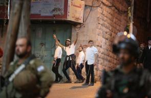 قطعان من المستوطنين يقتحمون وسط الخليل وشارع بئر السبع بمساندة جنود الاحتلال
