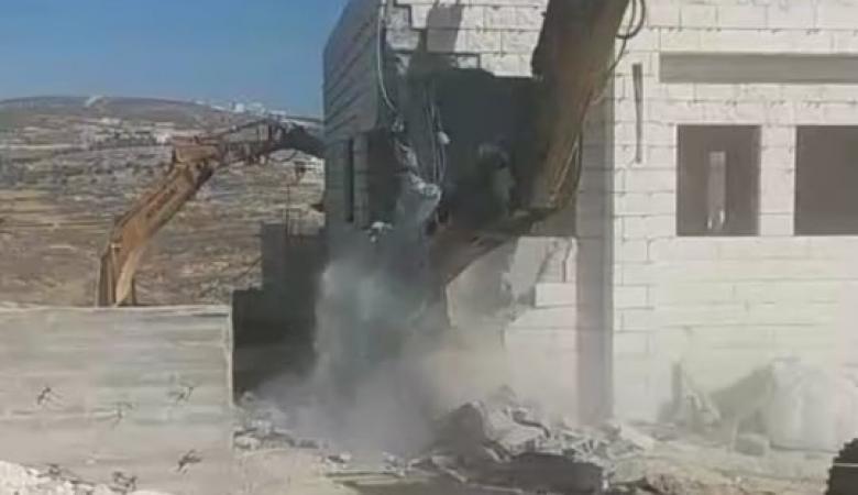 جرافات الاحتلال تهدم منزلا في عصيرة الشمالية