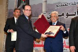 """علماء فلسطين يكرمون الرئيس وسلموه العهدة """" العمرية """""""