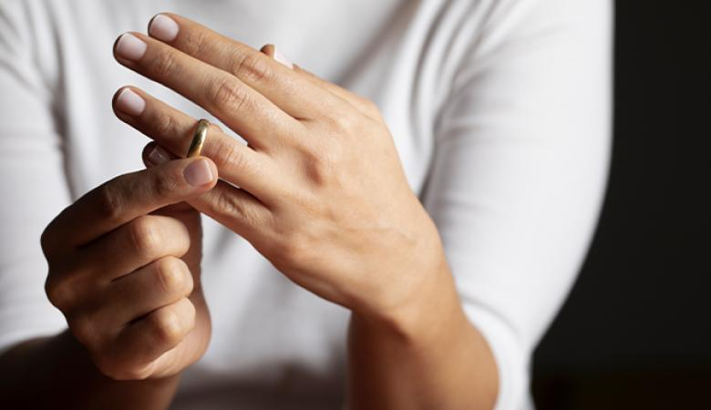 """داعية : الطلاق لا يقع عندما يقول الازواج  """" انت طالئ"""""""