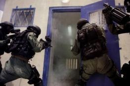 اصابة 3 اسرى ومدير سجن نفحة في الموجهات الدائرة بالسجن