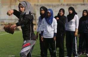 فتيات بغزة يلعبن رياضة البيسبول