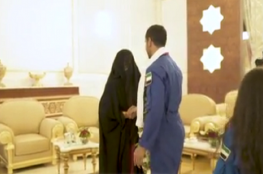 شاهد ...رائد الفضاء الاماراتي يقبل أقدام امه
