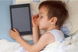 ابعد شاشات اللمس عن طفلك كي يهنأ بنوم عميق(دراسة)