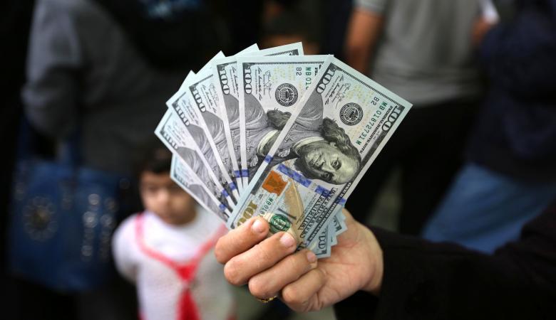 الدولار يحافظ على ارتفاعه مقابل الشيقل