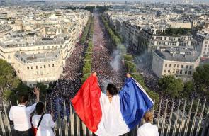 الجماهير الفرنسية تحتفل بالتتويج بالمونديال في باريس