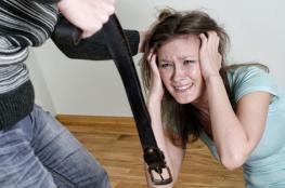 اردني يضرب زوجته بحزام في أحد اسواق عمان  لطلبها منه المشي تحت المطر في