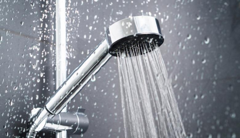 هل تختلف فوائد الاستحمام بالماء الساخن عن البارد؟