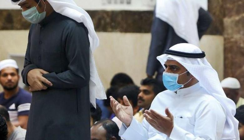 داعية سعودي يبين حكم ارتداء الكمامة والقفازات أثناء الصلاة