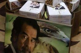بالصور.. أردني يوزع التمور عن روح الزعيم العراقي الراحل صدام حسين