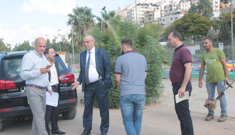 رئيس بلدية نابلس يوعز  باعادة تأهيل حدائق المدينة بشكل عصري ومريح