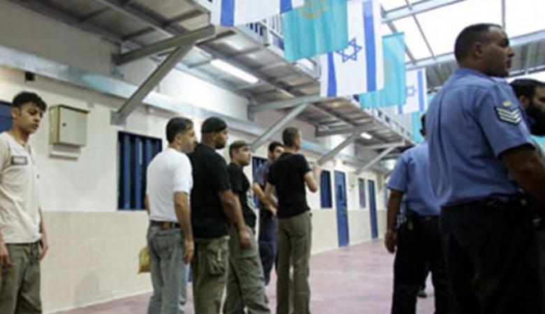 """10 أسرى في سجن """"ريمون"""" يشرعون بإضراب مفتوح عن الطعام"""