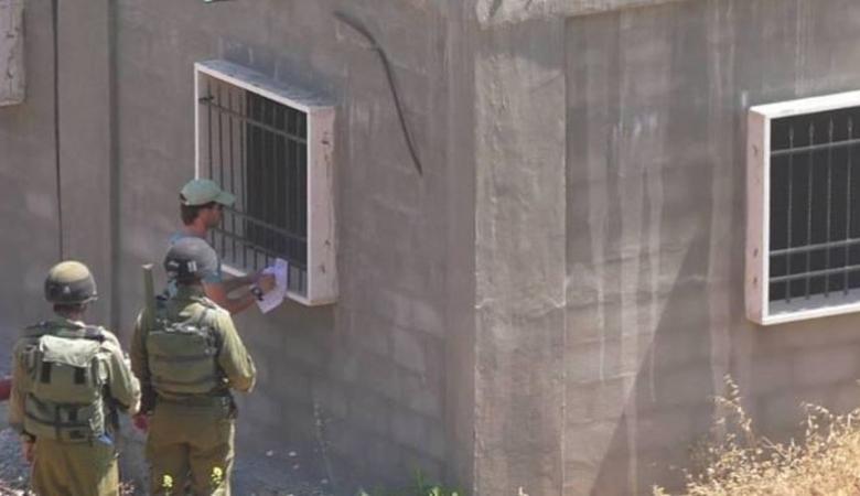 الاحتلال يخطر بهدم خمسة مساكن ومبنى مجلس قروي بيرين شرق يطا