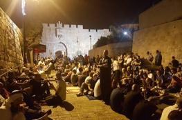 """مئات المواطنين يؤدون صلاة الفجر قرب """"الأقصى"""" رفضا لإجراءات الاحتلال"""