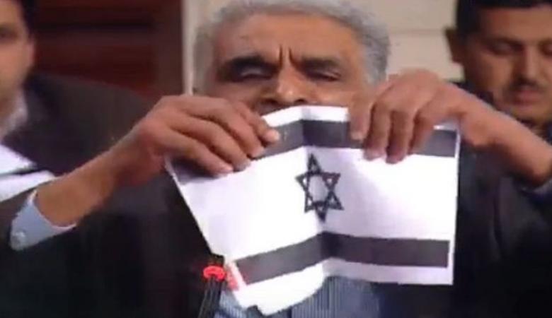 شاهد : نائب في البرلمان التونسي يمزق العلم الاسرائيلي انتصارا لفلسطين