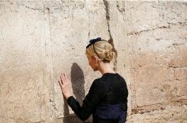 صور.. ايفانكا ترامب تصلي وتبكي أمام حائط البراق!