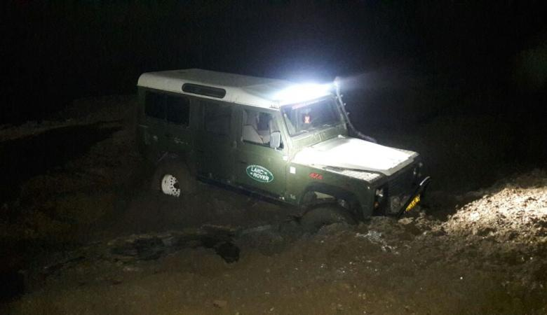 إنقاذ مواطنين علقت مركباتهم في الرمال بمنطقة البحر الميت