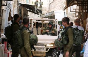 قوات الاحتلال تغلق البلدة القديمة بالخليل لتمكين المستوطنين بالقيام بجولات خاصة بهم