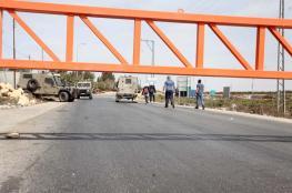 الاحتلال يحاصر قلقيلية ببوابة حديدة على مدخلها الوحيد