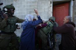 شاهد ..نساء كفرقدوم يحاولن منع اعتقال طفل من داخل احد منازل البلدة