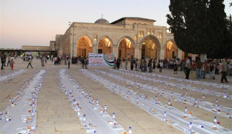 الهلال الاحمر التركي  ينظم افطارا جماعياً بالاقصى