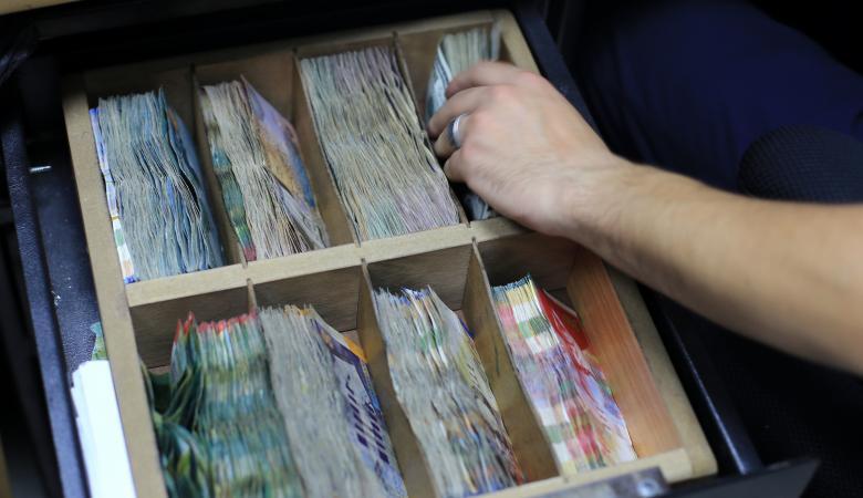 الدولار يتراجع من جديد امام  الشيقل