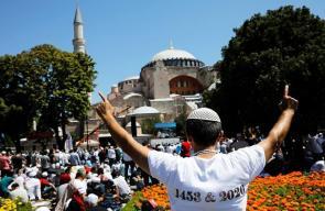 أداء أول صلاة جمعة في مسجد