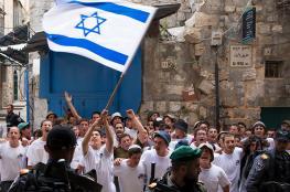 مستوطنون يؤدون رقصات استفزازية وهتافات عنصرية قرب أبواب الأقصى