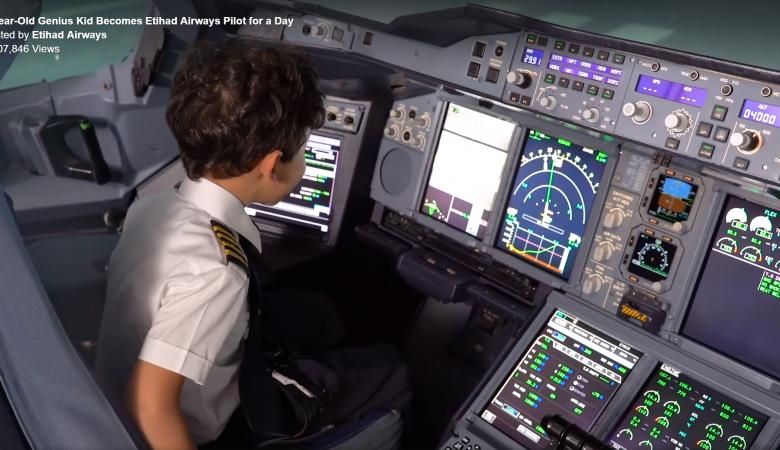 """شاهد .."""" الطفل المعجزة يقود """"إيرباص A380 """" التابعة لطيران الاتحاد الاماراتية"""