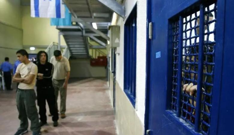 11أسيراً يواصلون اضرابهم المفتوح عن الطعام