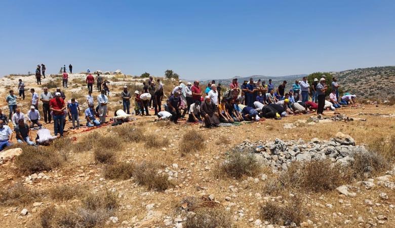 قلقيلية: أهالي سنيريا يؤدون صلاة الجمعة على أراضيهم المهددة بالاستيلاء عليها