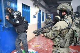 اسرائيل تهاجم الأسرى وتصيب 100 منهم بجراح في اعنف اعتداء منذ 10 سنوات