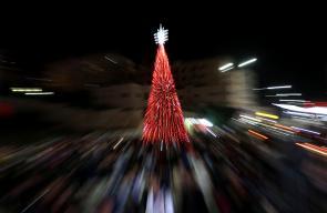 مواطنون يحتفلون بإضاءة شجرة الميلاد المجيد في نابلس