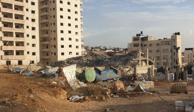 جرافات الاحتلال تهدم بناية لعائلة شهيد في مخيم قلنديا