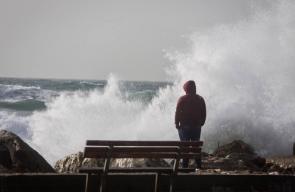 أمواج شديدة اثر المنخفض الجوي في ميناء غزة .