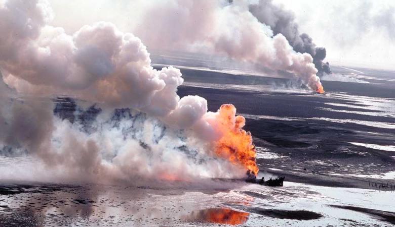 النيران تشتعل بأكبر حقل نفطي بالكويت