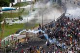 آلاف الفنزويليين يواصلون التظاهر بشوارع كراكاس