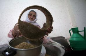 سيدة ثمانينة تعد طبق المفتول الفلسطيني في قرية جماعين جنوب نابلس